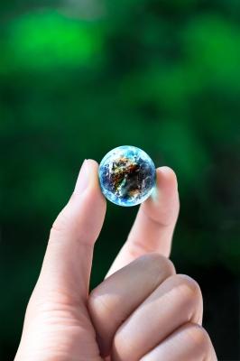 地球型ビー玉を持つ手